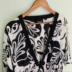 Avenue Black and White Floral Tunic Size 26/28